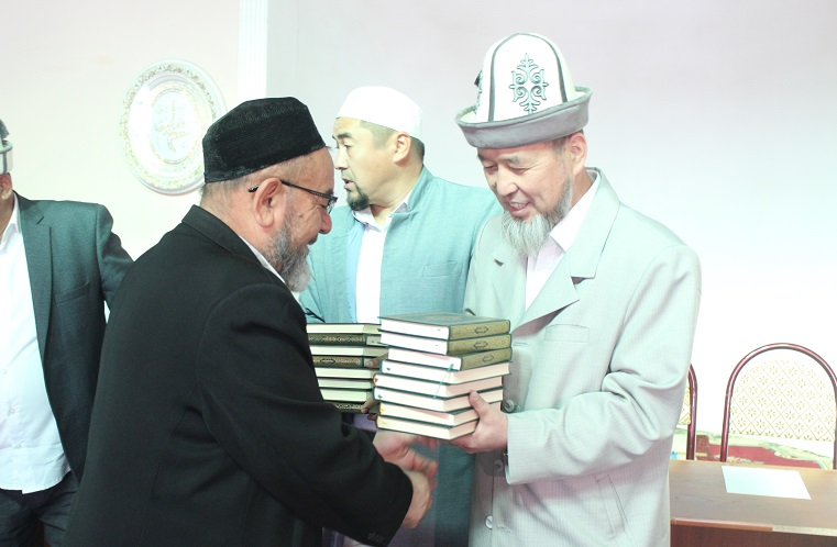 Ош облусунун мусулмандар казысы Самидин кары Атабаев Ноокат районунун имамдарына Куран китебин тапшырды