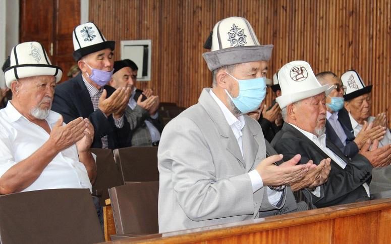 Ош облусунун мусулмандар казысы Самидин кары Атабаев Өзгөн районунда болуп өткөн Аксакалдар кеңешинин жыйынына катышты