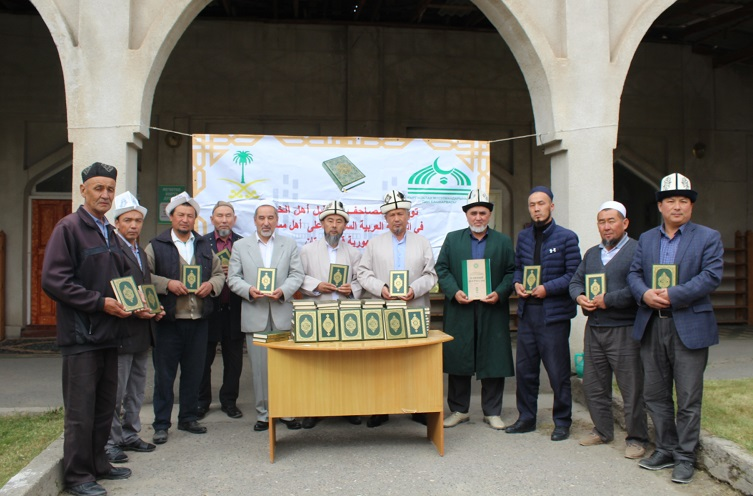 Баткен облусунун казысы Лейлек жана Сүлүктү шаарынын имамдарына Ыйык Куран китебин тапшырды