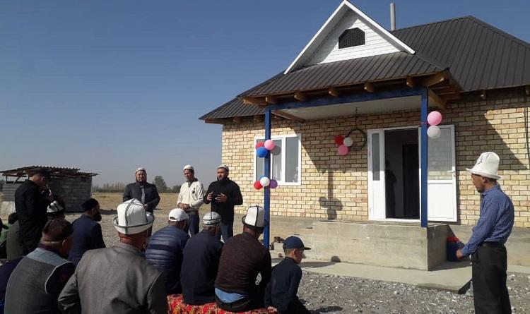 Базар-Коргондо жардамга муктаж үй-бүлөгө 2 бөлмөлүү үй берилди