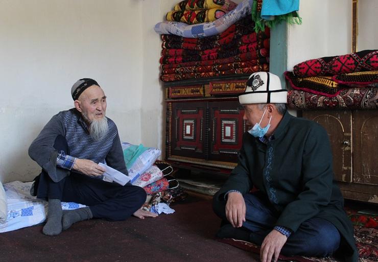 Баткен облусунун казысы 94 жаштагы аксакалдын абалын сурап, анын үйүнө зыярат кылды