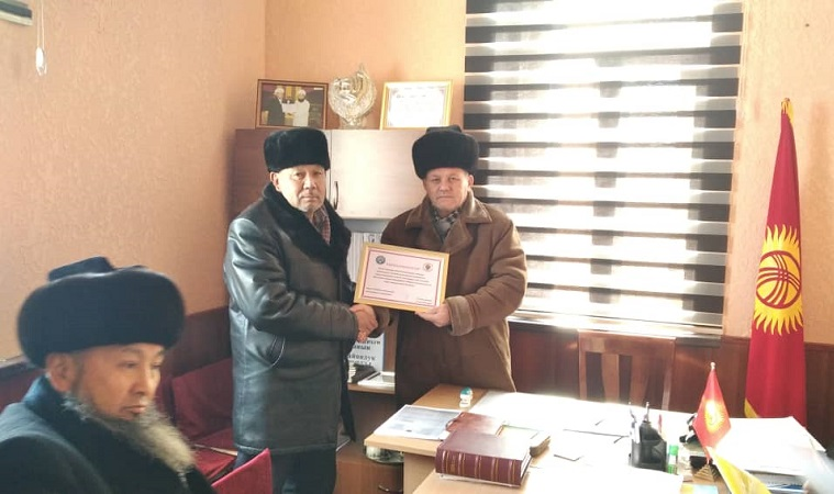 Манас районунда жергиликтүү айылдын имамына ИИМдин сыйлыгы тапшырылды
