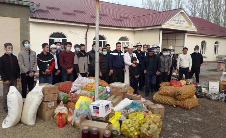 """Чолпон-Ата шарынын баш имам хатиби Бишкектеги  """"Билим шамы"""" медресесине жардам көрсөттү"""