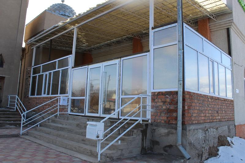 Жети-Өгүз районунун борбордук мечитинин кире бериши жылууланып, жаңы даарткана салынып жатат