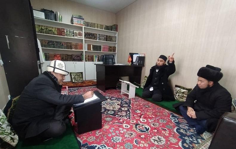 Бишкек шаарынын казысы Замир кары Ракиев Свердлов районунун мечиттерин кыдырды