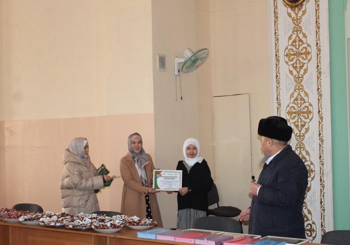 «Сулайман-Тоо» мечитинде уюштурулган «Турмушка даярдоо» курсунун активдүү катышуучуларына ыраазычылык баракчалар тапшырылды