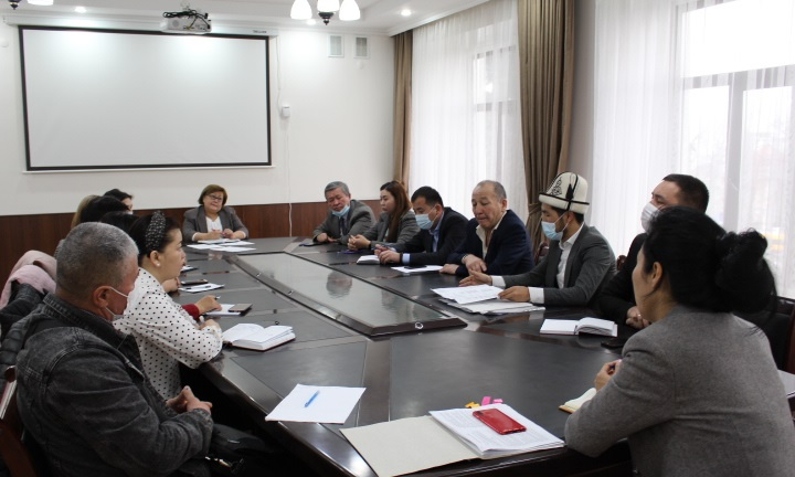 Свердлов райондук администрациясынын жыйындар залында  жыйын өтүп, анда мечиттердин каттоо иштери  каралды
