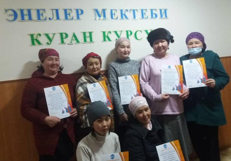 Нарын казыятынын энелер мектеби бүтүрүүчүлөргө сертификаттарды тапшырды