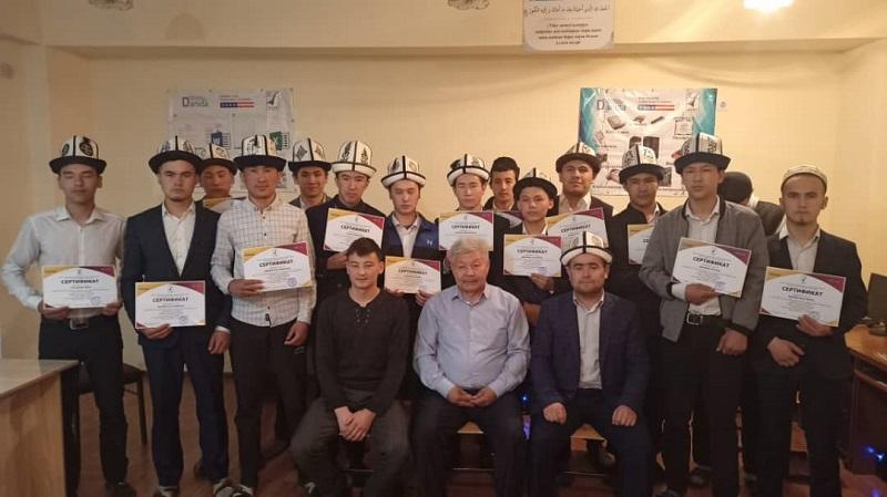 «Умму Мухаммад» медресесинин студенттерине компьютердик окуу курсун аяктагандыгы тууралуу сертификаттар тапшырылды