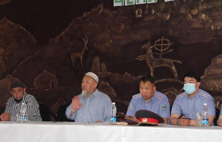 Ош шаарынын мусулмандар казысы Убайдулла ажы Сарыбаев «Кылмыштуулуктун жана суициддин алдын алуу» деген темада өз баяндамасын жасады