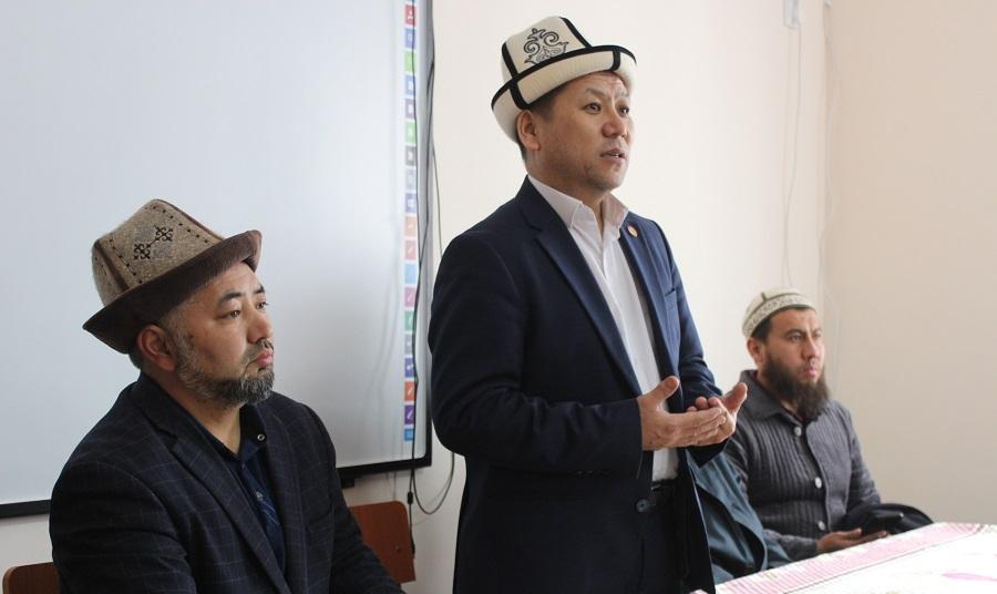 """Жоробай ажы Шергазыев  Баткен шаарындагы """"Муаз ибн Жабал"""" медресесинин студенттери менен жолугушту"""
