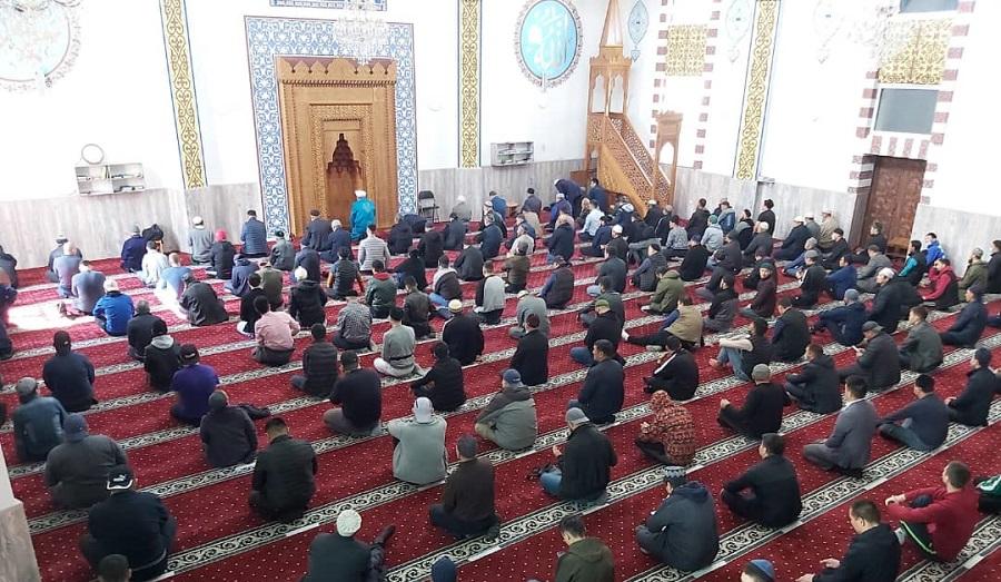 Бишкек шаарындагы мечиттерде эпидемиологиялык абалга байланыштуу аралыктарды сактоо менен намаздар окула баштады