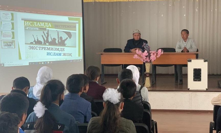 Баткен шаарынын баш имам хатиби окуучуларга түшүндүрүү иштерин жүргүзүп, алардын суроолоруна жооп берди