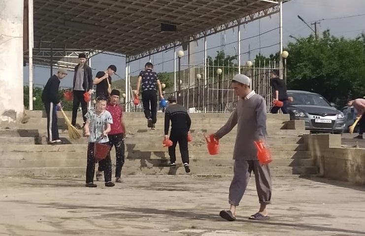 Ош шаарындагы «Умму Мухаммад» медресесинин студенттери ишембиликке чыгышты