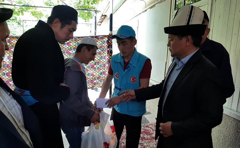 Түркия Диянет Вакфы Фонду Баткендеги чек арадан жабыркаган 300 үй-бүлөгө азык-түлүк таратты