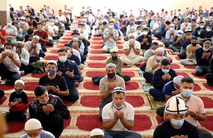 Курман айт намазы Ош шаарындагы мечиттерде санитардык эрежелерди сактоо менен окулду