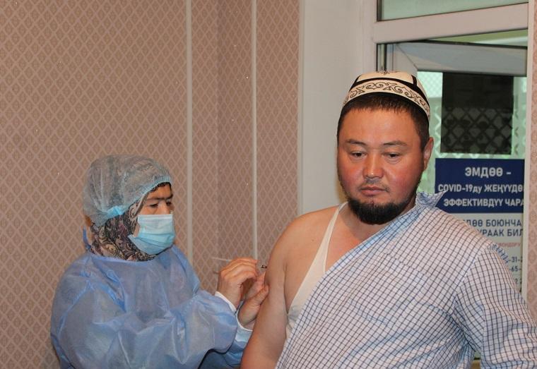 Ош шаарындагы дин кызматкерлери COVID-19 илдетине каршы эмдөөдөн өтүштү