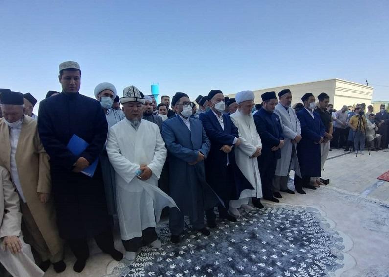 Ош шаарынын казысы Убайдулла ажы Сарыбаев Өзбекстан мусулмандарынын Муфтийи Усмонхон ажы Алимовдун акыркы сапарга узатуу зыйнатына катышты