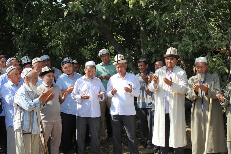 Баткен облусунун казысы Баткен районунун Чет-Кызыл айылында мечитин курулушуна капсула салуу иш-чарасына катышты