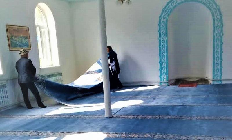 Нарын облусунун  тургуну  ашка  союлуучу  малдын акчасына Жаңы-Талап мечитинин ички килемин жаңыртып берди