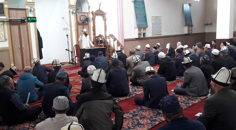 Өзгөн районунун баш имам-хатиби Акжол ажы Козубаев  Өзгөндөгү мечиттерди кышка даярдоо тапшырмасын берди